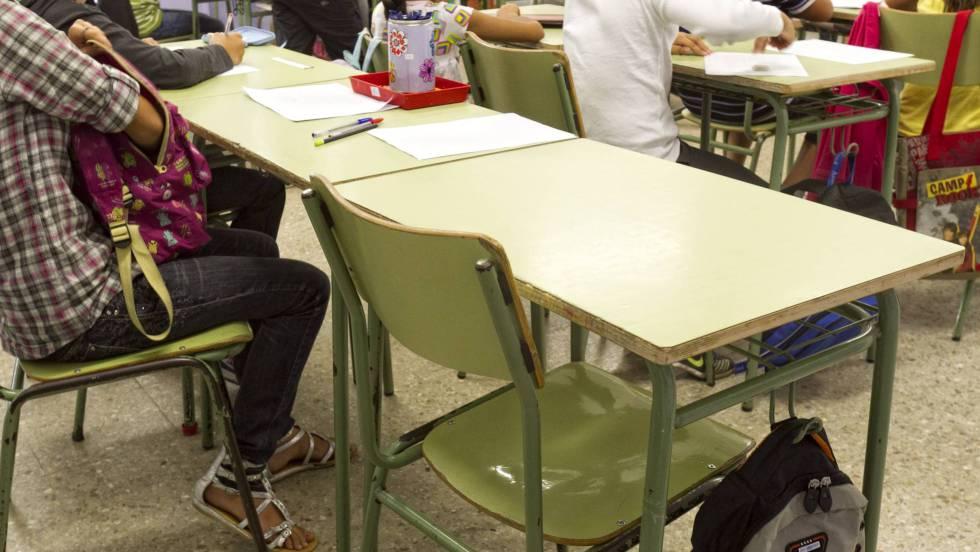 Un pupitre vacío en un aula de un colegio público. rn