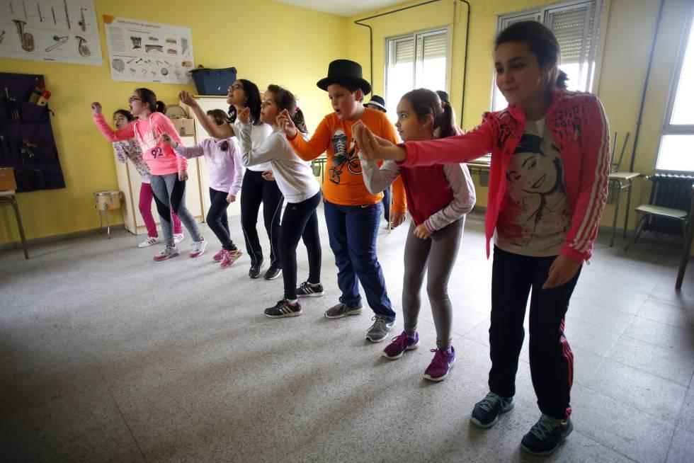 Alumnos de primaria ensayando el baile de Navidad.