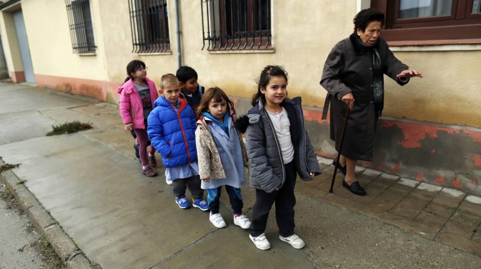 Alumnos de primaria de Mata de Cuéllar (Segovia) se dirigen a la clase de Educación Física.