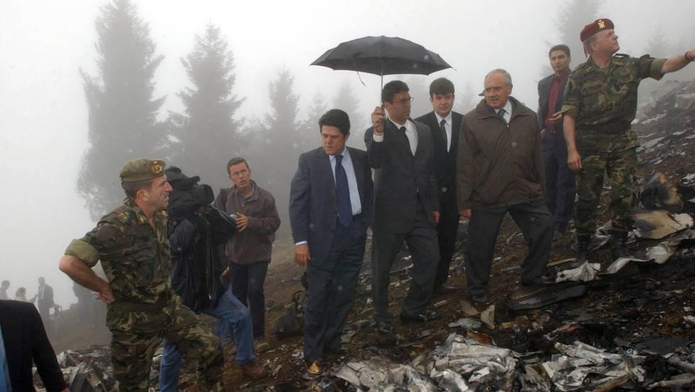 Resultado de imagen de Fotos de federico Trillo viendo los restos del avion en ucrania