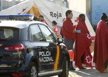 La policía libera a 141 inmigrantes llegados en patera por falta de espacio en los CIE