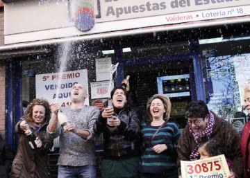 Un grupo de afortunados celebran con cava el primer premio del sorteo del niño de 2013, en Alcorcón.