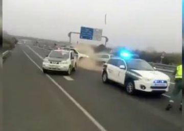 Recorre 40 kilómetros en sentido contrario y embiste a la Guardia Civil