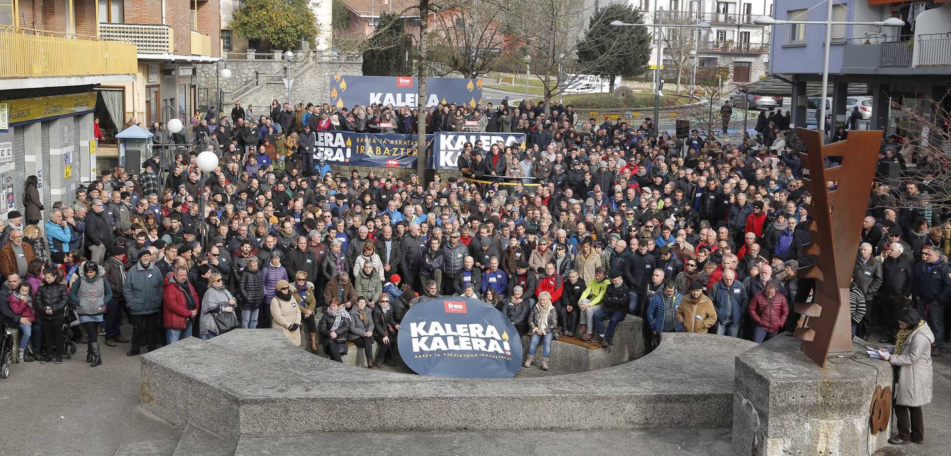"""Euskal Herria: Una multitud exige """"respeto a los derechos"""" de presos y exiliados. [vídeo] - Página 2 1483878418_903537_1483882048_noticia_normal_recorte1"""