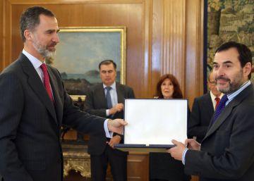 El Rey entrega el premio FIES a dos trabajos publicados en EL PAÍS