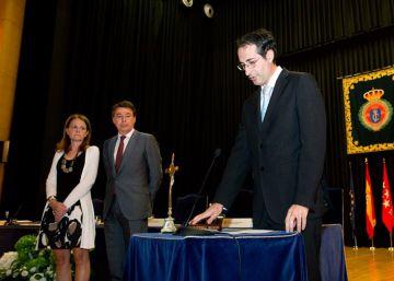 La Rey Juan Carlos vuelve a arropar al rector de los plagios