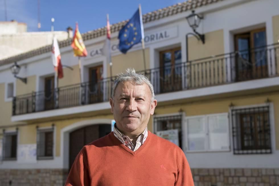 El alcalde de Casasimarro, Juan Sahuquillo (PP), frente al Ayuntamiento del pueblo.