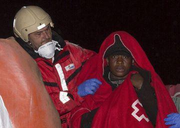 Rescatados 44 inmigrantes en una patera al sur de Almería