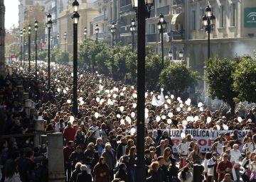 Miles de andaluces marchan contra los recortes de la Junta en sanidad