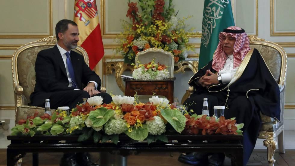 El rey Felipe VI con el ministro de Comercio e Inversiones, Majid Al Qassabi en Riad.