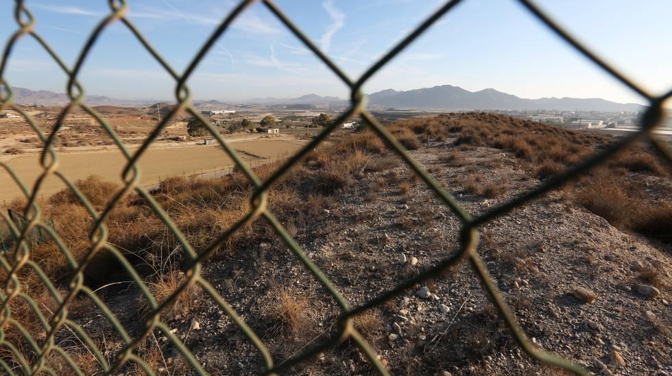 Vallado que limita el área restringida de contaminación en Palomares (Almería).