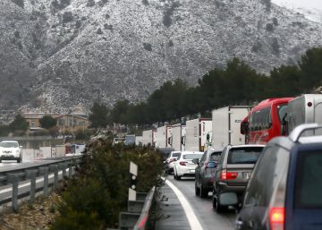 Hundreds of drivers trapped on roads by snowy weather conditions