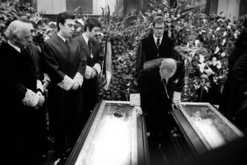 Antonio Pedrol Rius, presidente del Colegio de Abogados de Madrid, se inclina sobre los féretros en la capilla ardiente de los asesinados en la matanza de Atocha de 1977.
