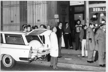 Policía y ambulancias en la puerta del número 55 de la calle Atocha de Madrid el 24 de enero de 1977 tras la matanza de los abogados laboralistas.