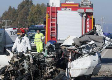 Un fallecido tras colisionar un autobús y un turismo en Córdoba