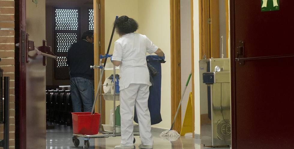 Una limpiadora, en la Facultad de Biología de la Universidad de Sevilla.