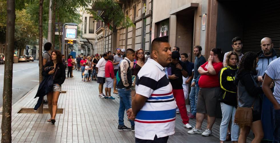 Saturaci n en las oficinas de la polic a para renovar el dni espa a el pa s - Oficinas renovacion dni barcelona ...