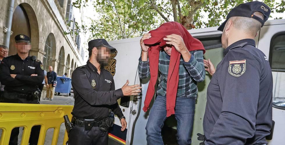 Un policía de Palma detenido, en una imagen de archivo.