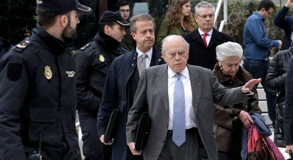 Jordi Pujol (c) junto con su esposa abandonan la Audiencia Nacional en 2016.