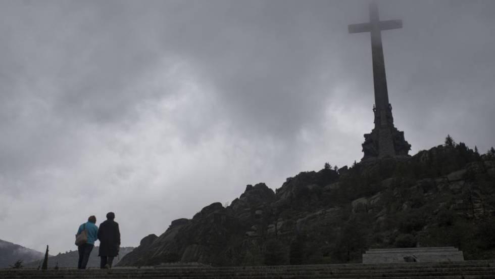 Dos turistas visitan el Valle de los Caídos.