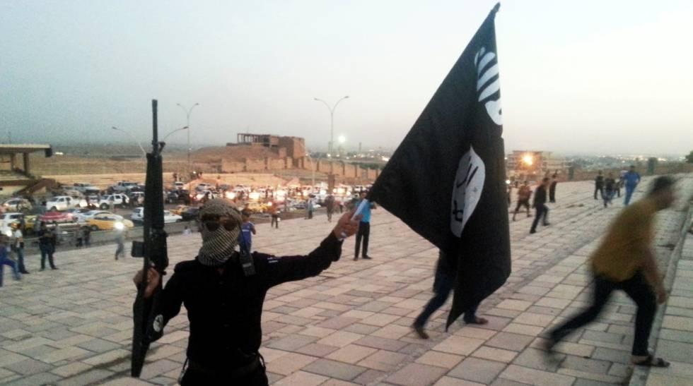 Un miembro del Estado Islámico en Mosul en junio de 2014.