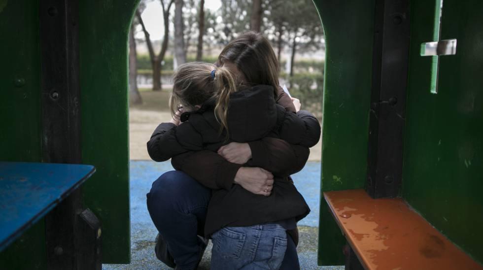 La niña que grabó a su padre mientras abusaba de ella junto a su madre.