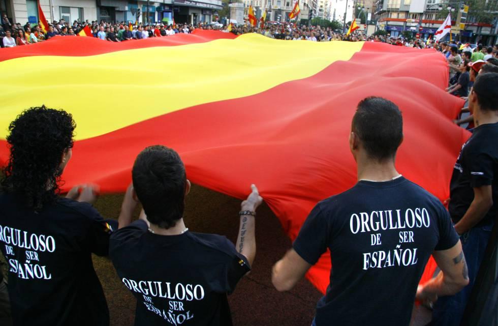 Miembros España 2000 durante una manifestación en Valencia contra la inmigración.