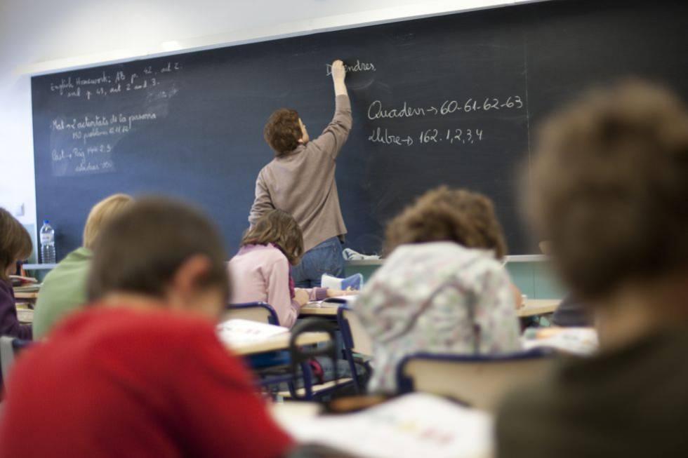 Un profesor en el aula de un colegio valenciano.