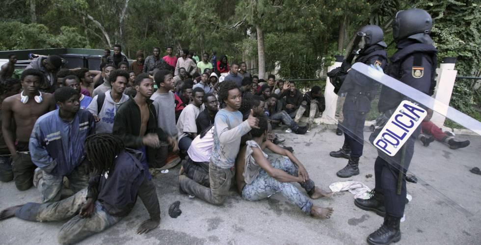 Un grupo de subsaharianos a las puertas del CETI de Ceuta, el 17 de febrero.