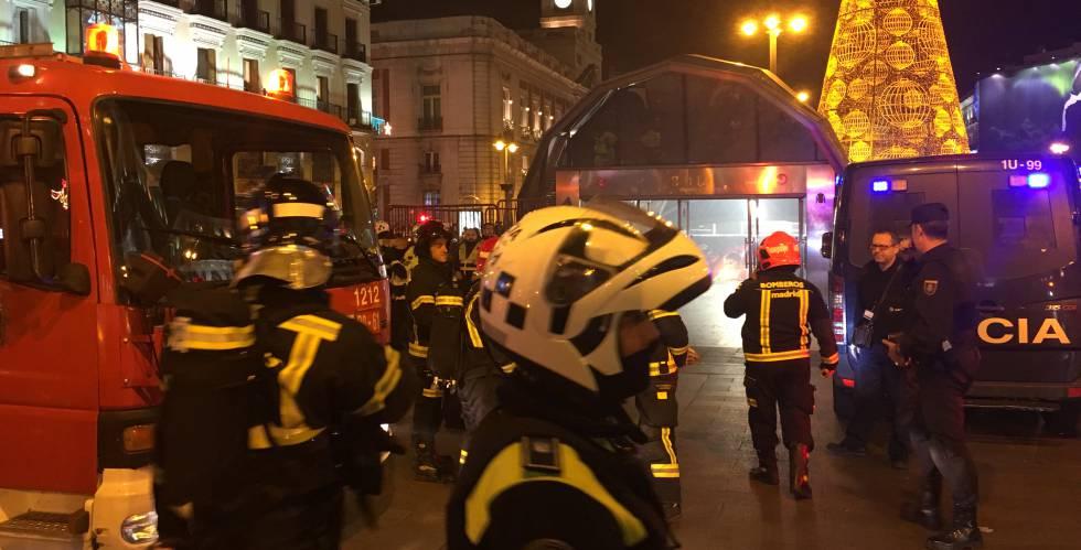 Un camión de bomberos, con las luces rojas, en Madrid.