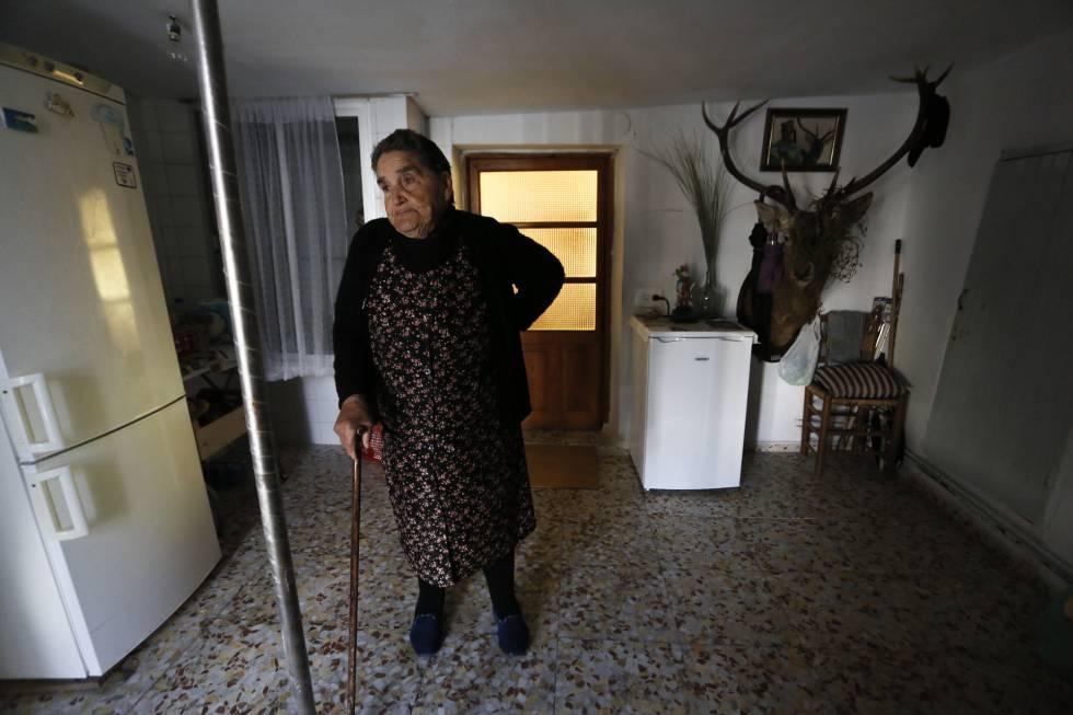 MaríaMora, vecina de Zafrilla (Cuenca), en el interior de su casa.