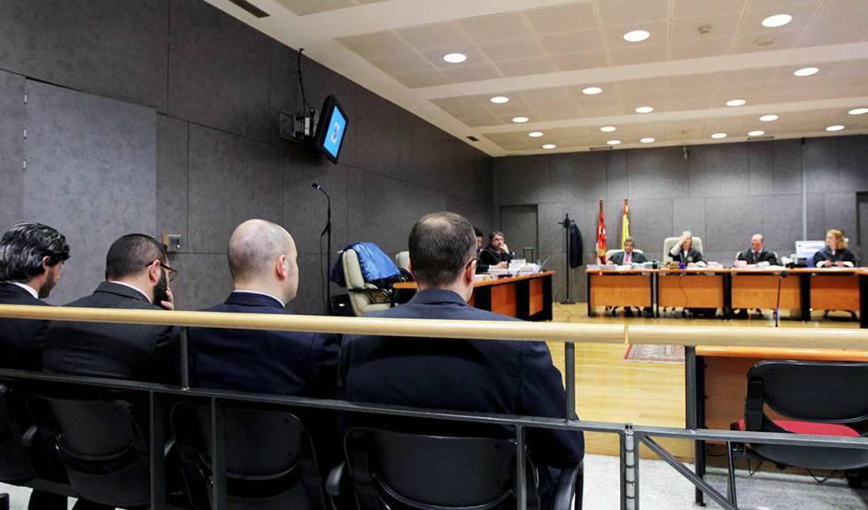 Los cuatro agentes acusados en el banquillo en Bilbao.