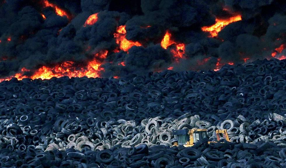Incendio en el vertedero ilegal de neumáticos de Seseña (Toledo).  rn