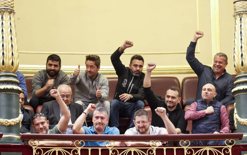 Los estibadores celebran el momento en el que se conoce el resultado de la votación.