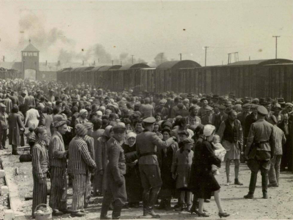Judíos sometidos al proceso de selección en el andén de Birkenau, nada más llegar.