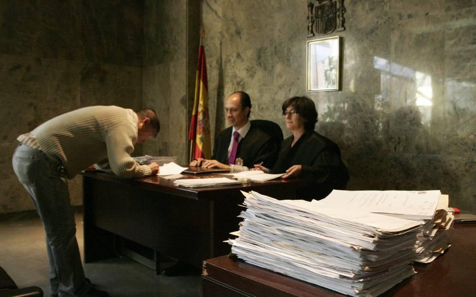 Trámite de jura de la Constitución tras obtener la nacionalidad española.