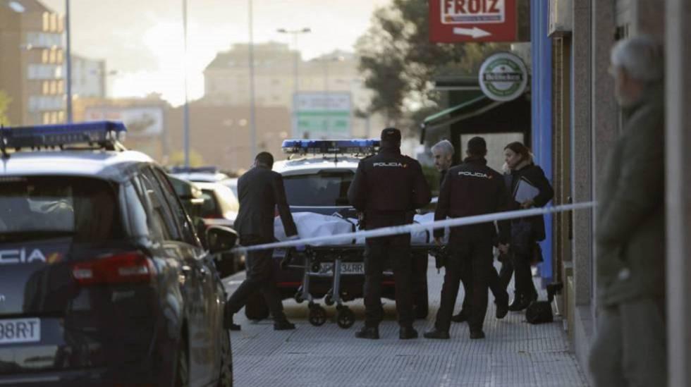 Los forenses retiran el cuerpo de la joven apuñalada en Vigo.