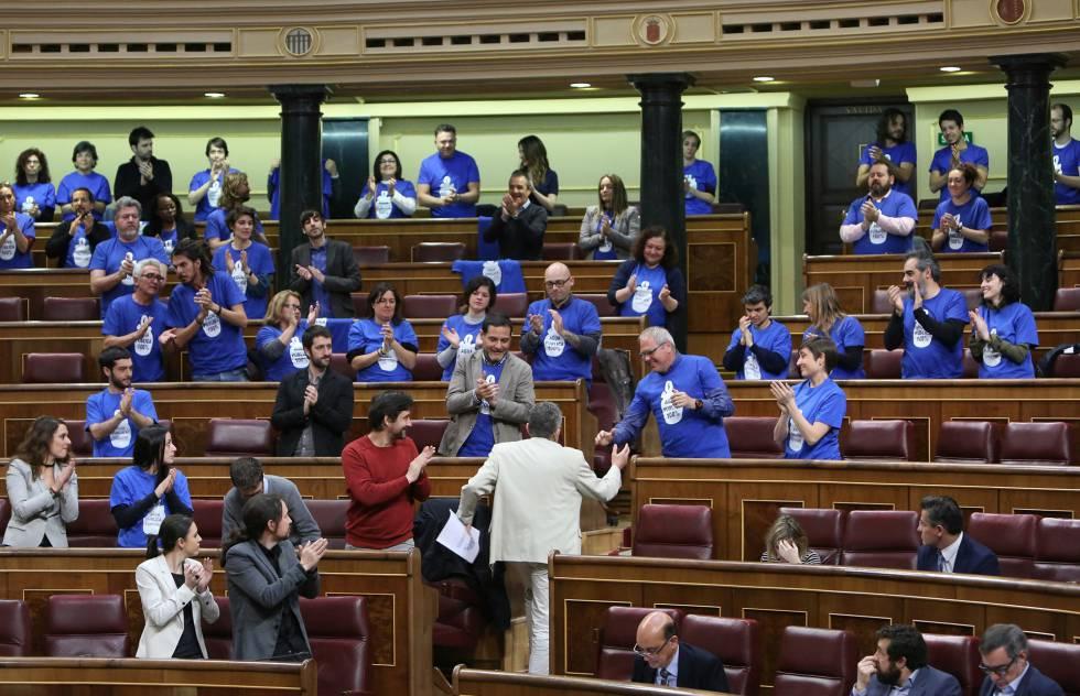 Diputados de Podemos protestan en el Congreso con camisetas azules para pedir agua pública.