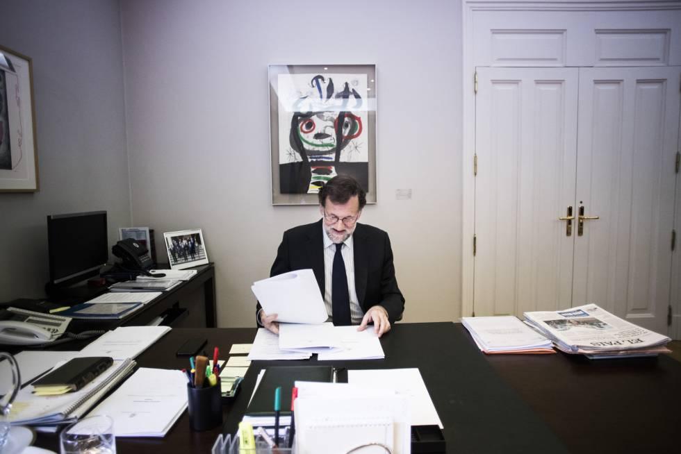 El presidente del Gobierno, Mariano Rajoy, en su despacho en el Palacio de la Moncloa.