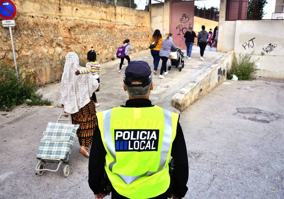 Un policía local en la entrada de un colegio de Palma.