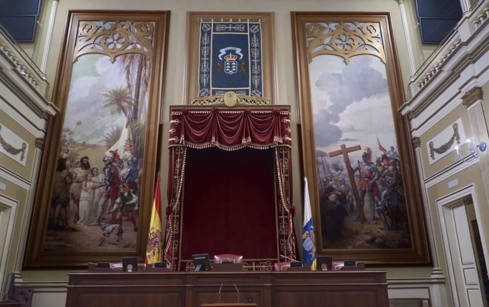 La mesa presidencial del Parlamento canario con los lienzos.