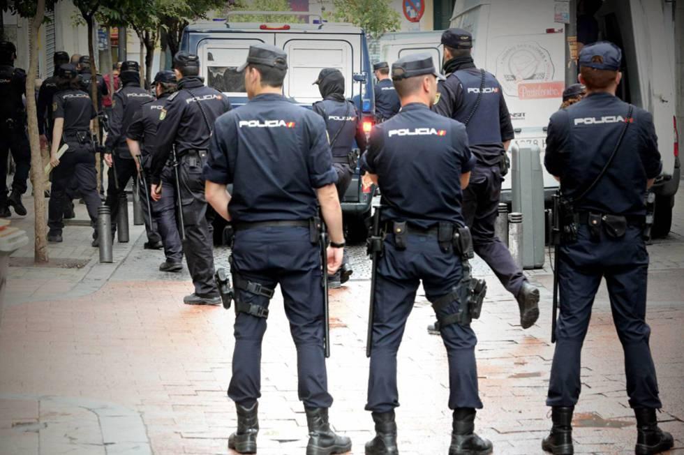 Agentes de la policía nacional durante un operativo.
