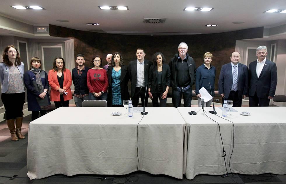 Foto conjunta de los partidos y sindicatos firmantes del manifiesto a favor del desarme de ETA.