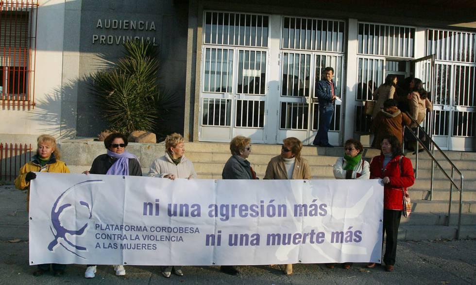 Protesta contra la violencia machista frente a la Audiencia Provincial de Córdoba, en una imagen de archivo.