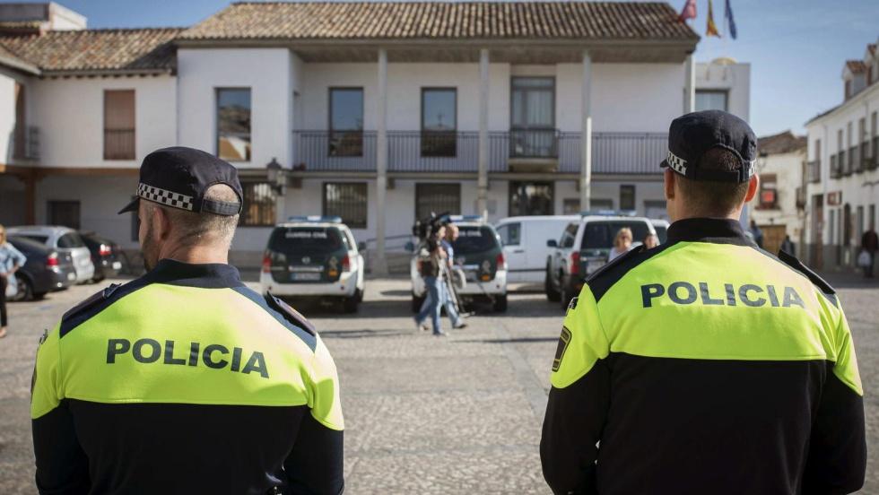 Agentes de la Policia, junto al Ayuntamiento de Valdemoro