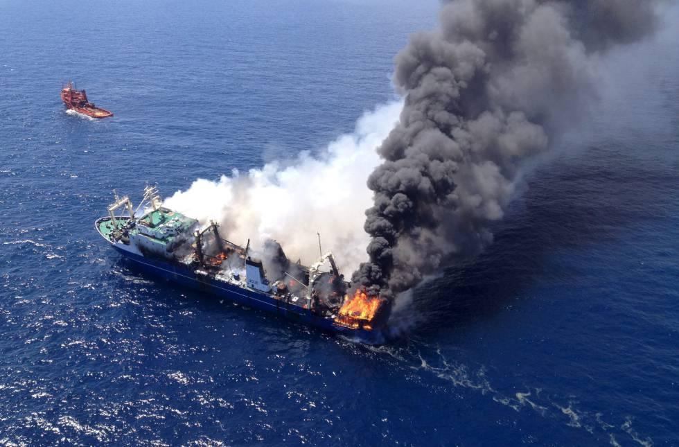El Oleg Naydenov, en llamas mientras era remolcado el 12 de abril de 2015.