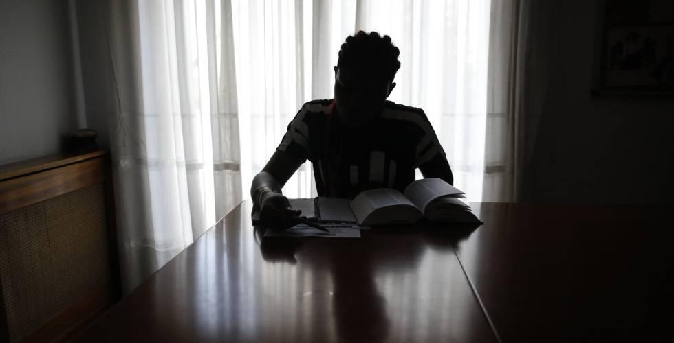 Una víctima de trata, estudiando en una casa de acogida de la ONG Proyecto Esperanza.