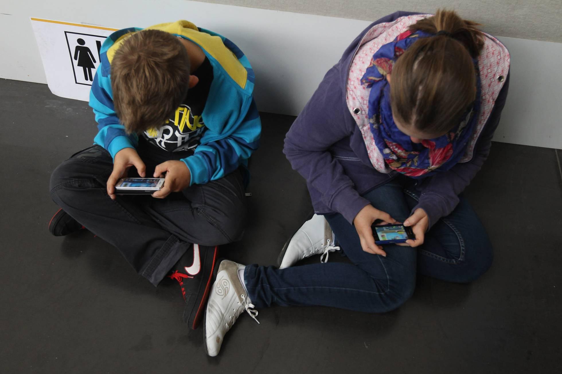 Absuelto de malos tratos un padre que requisó el móvil a su hija por portarse mal