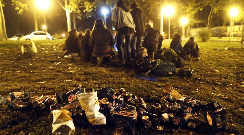Un grupo de jóvenes hace 'botellón' en Ciudad Universitaria, Madrid.