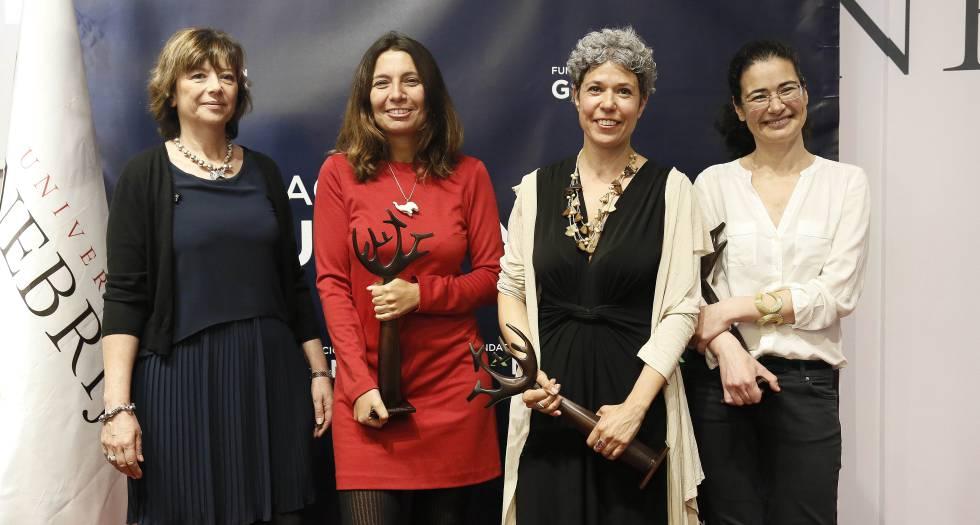 De izq. a dcha., Mirta Drago y Noelia del Río, ganadoras en la categoría de televisión; Marta Gómez Casas (radio) y Betriz García (prensa).